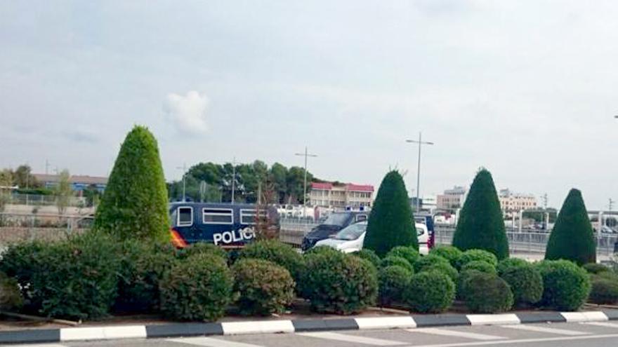 Dos furgones de la Policía Nacional aparcados en las proximidades de las dependencias municipales