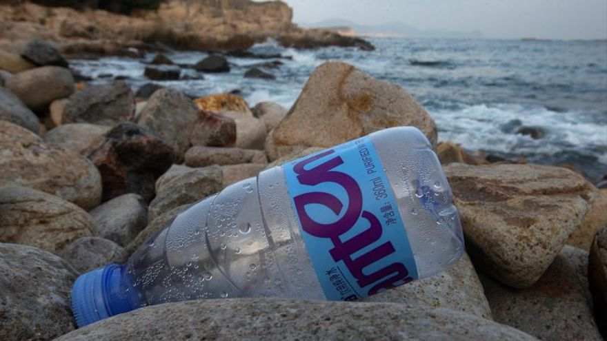Uno de los ejemplos más visibles de la contaminación plástica en el mundo es la aparición de gigantescas manchas con fragmentos flotantes de este material en los océanos, como la que se ha identificado en el norte del Pacífico, y que ya se extiende por cientos de miles de kilómetros cuadrados. EPA/ALEX HOFFORD/Archivo