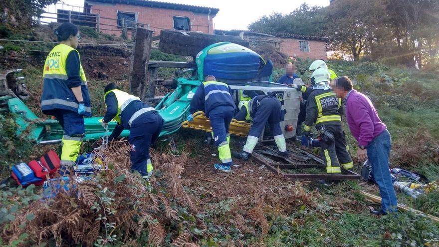 Sufre graves lesiones en el pie, atrapado tras volcar la excavadora de 3.500 kilos