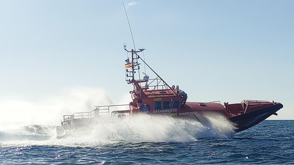 La salvamar Al Nair realizó el rescate sobre las 08.18 horas, trasladando a los migrantes al muelle de Arrecife