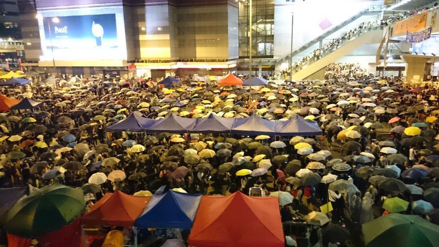 Cientos de paraguas para protegerse de los gases lacrimógenos cubren la plaza © AI
