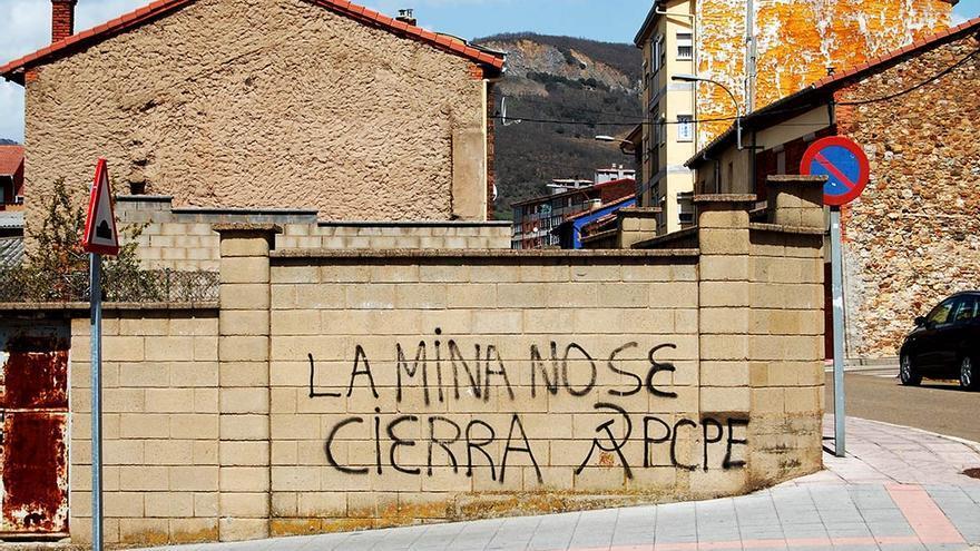 Una vieja pintada en La Robla, que ha perdido más del 20% de población.