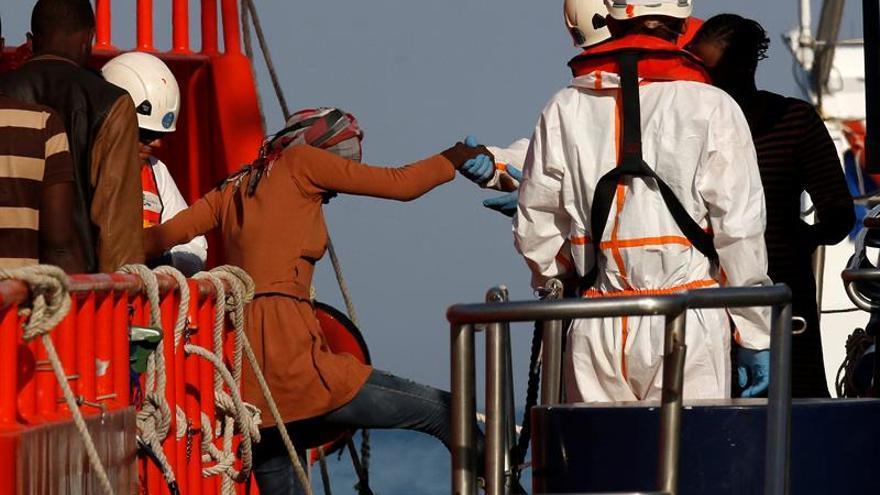 Buscan en el levante de la isla de Alborán a los inmigrantes de la patera hundida
