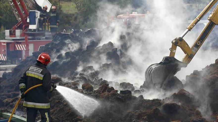 Brigadas forestales y bomberos refrescan la zona del incendio de Segorbe