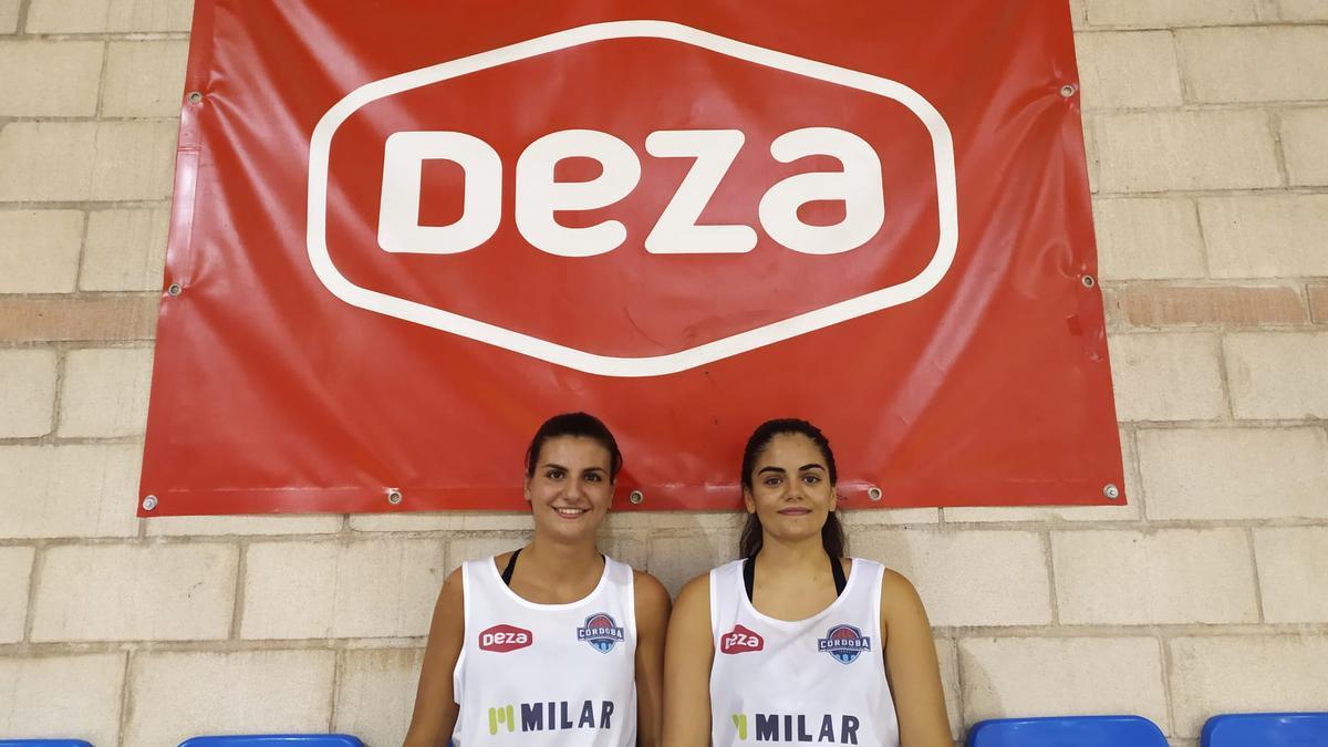 Nerea Zea y Luz Marina Montilla, sentadas en la grada