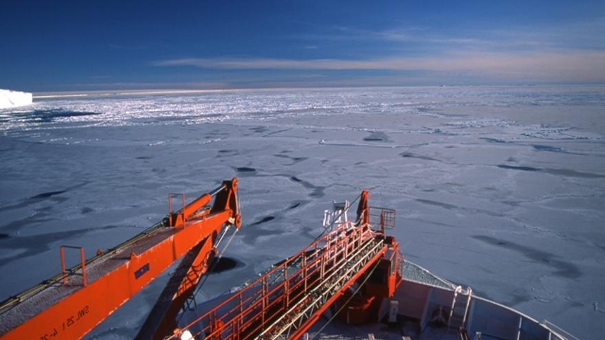 Abril de 2000. La proa del rompehielos oceanográfico alemán Polarstern penetra en la banquisa antàrtica en el Mar de Weddell./Sergio Rossi