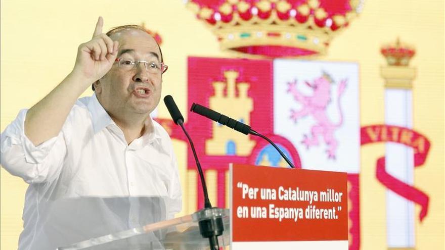 Pedro Sánchez e Iceta exhiben una gran bandera española en el mitin del PSC
