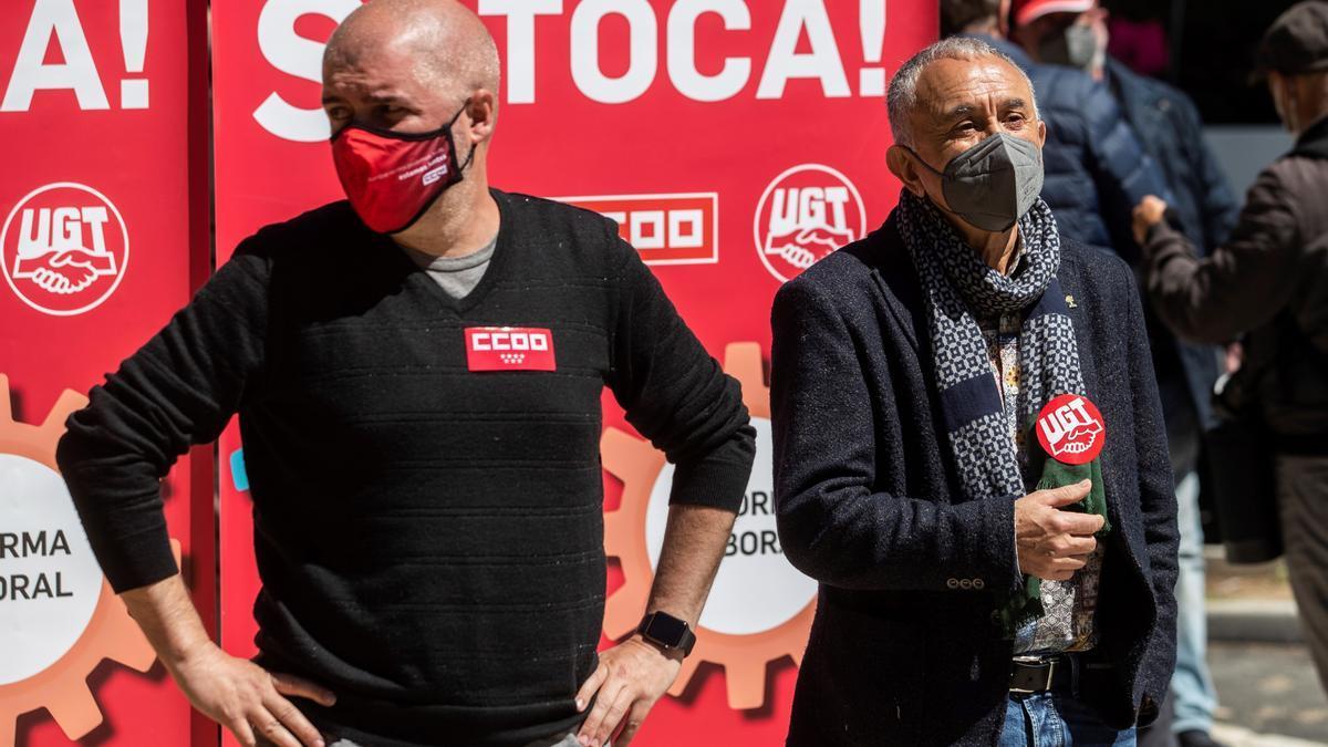 Los secretarios generales de UGT y CCOO, Pepe Álvarez (d) y Unai Sordo (i).