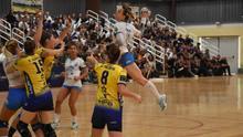 Acción del derbi canario de la máxima categoría del balonmano femenino