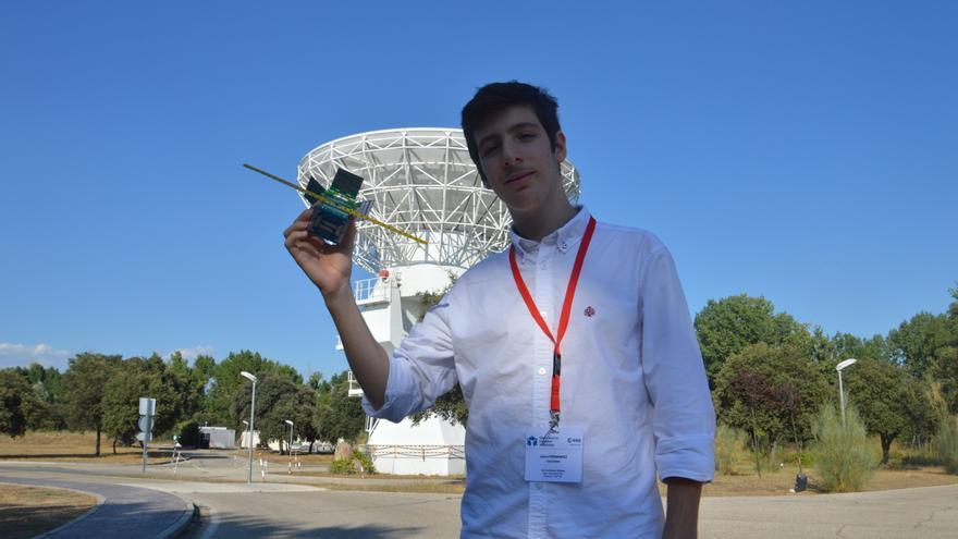 Julián posa con el FossaSat-1, desarrollado por Fossa Systems.