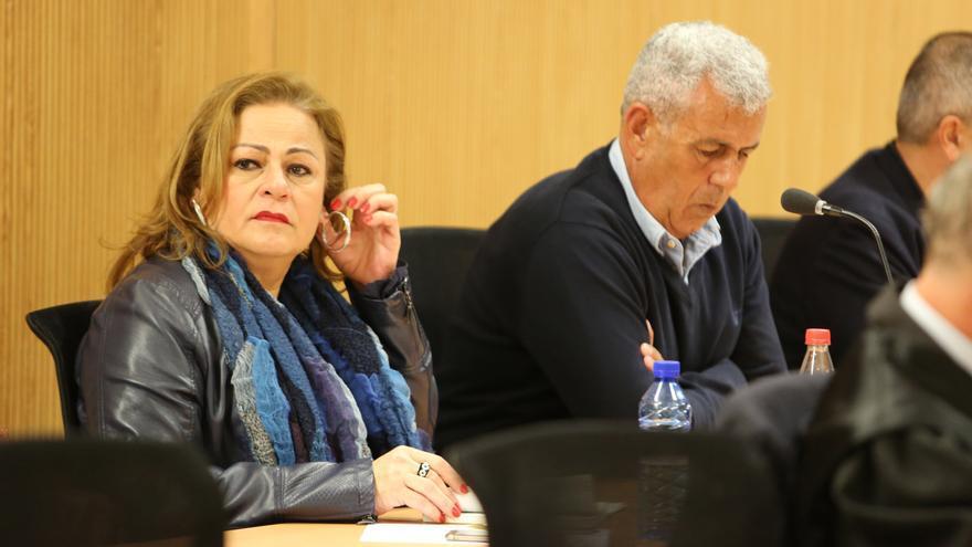 María del Carmen Castellano, junto al exjefe de Urbanismo José Luis Mena. (ALEJANDRO RAMOS)