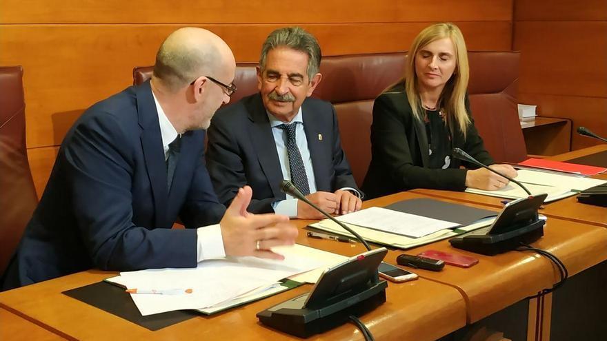 Félix Álvarez (Cs), Miguel Ángel Revilla (PRC) y Noelia Cobo (PSOE), durante la firma del acuerdo presupuestario.