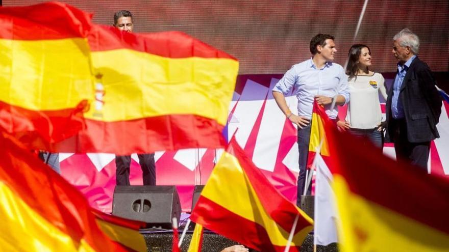 Mario Vargas Llosa, con Rivera, Arrimadas y García Albiol en un mitin del nacionalismo español. EFE