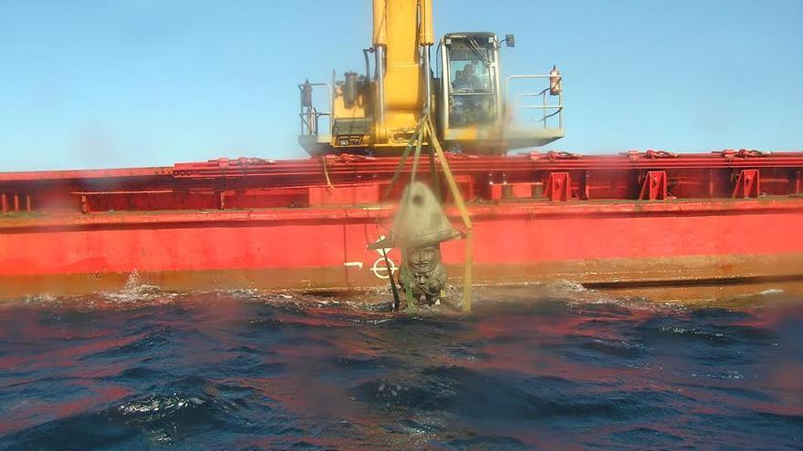 En la imagen, una de  figuras de 'Los Enanos' subacuático, este lunes, en la embarcación 'Omvac Cuatro', antes de ser depositada en el lecho marino. Foto: DANNY MEDINA