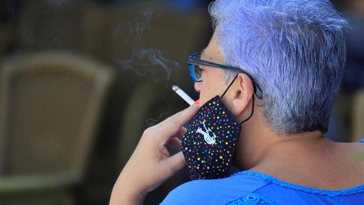 Una mujer se fuma un cigarrillo en Madrid.