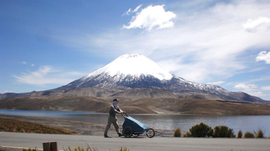En los Andes, atravesando el Parque Natural del Lauca (Chile) con el volcán Parinacota de fondo.