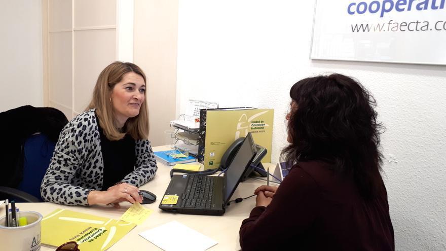 Ruth Falcón, en la oficina de Andalucía Orienta de Faecta en Sevilla.