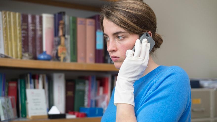 El sentimiento de culpa mueve a una joven doctora a asumir una especie de investigación parapolicial