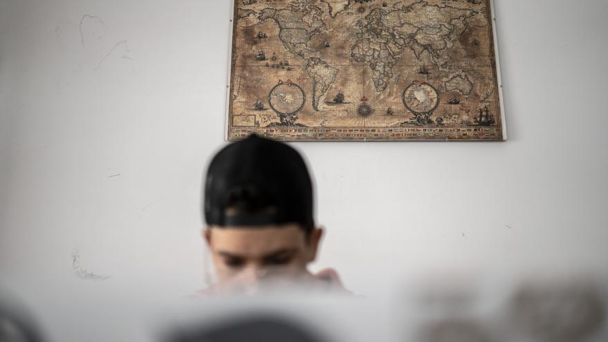 Namir (nombre ficticio) come después de llegar de clase en el centro de menores que gestiona Accem en Toledo.