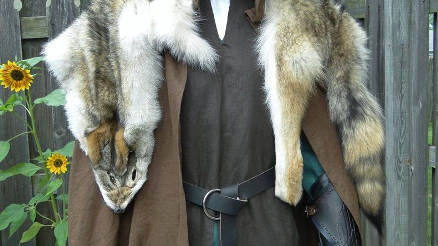 Manto de piel de coyote.
