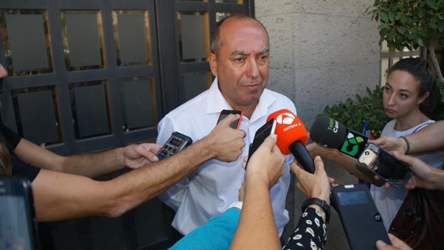 Julio Cruz, a la salida del pleno en Granadilla