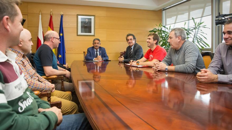 """Plantilla de Ferroatlántica y Gobierno cántabro urgen medidas para evitar """"el cierre"""" de la planta de Boo"""