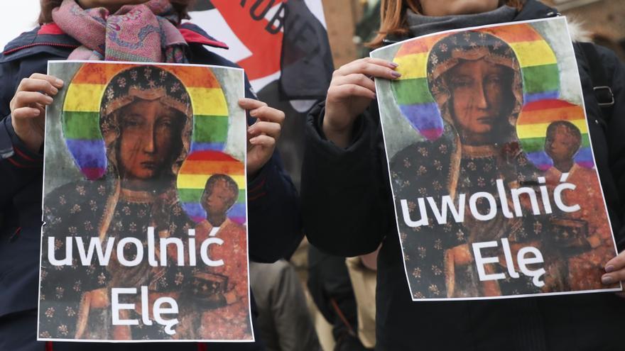 Manifestantes en Polonia muestran una imagen de la virgen con la bandera LGTBI y el mensaje 'Ela libertad' en apoyo a la activista feminista detenida Elzbieta Podlesna.