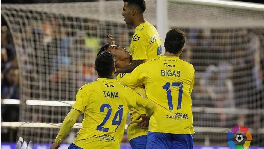 Jonathan Viera tras anotar el gol del empate en Mestalla junto a Tana, Pedro Bigas y Sergio Araujo. (LALIGA)