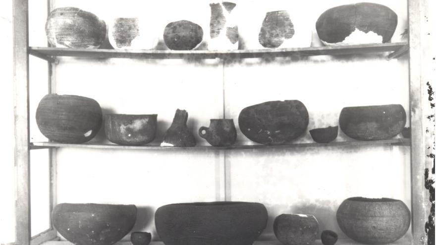Vitrina con restos arqueológicos en la Sociedad La Cosmológica.
