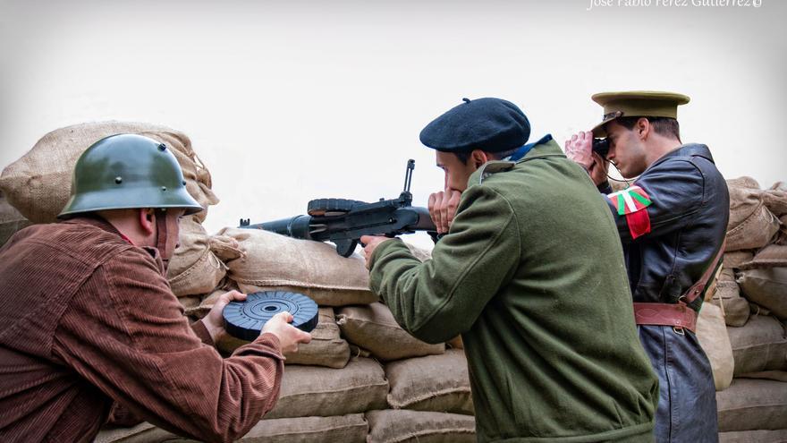 Una ametralladora Lewis hace fuego en el sector defendido por los vascos bajo la supervisión de un oficial de ametralladoras de las Milicias Vascas (fotografía Alma & You Photography)
