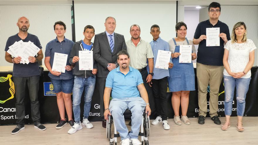 Francisco Castellano (4i) y Julio Triana (5i), junto a varios de los nuevos monitores deportivos