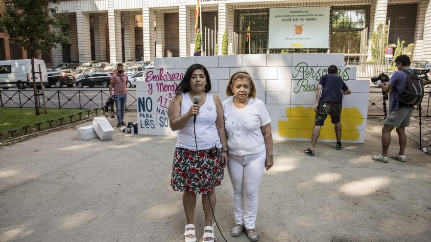 La madre de Adriana llegó a España desde Venezuela a través de la reagrupación familiar y el Gobierno denegó su tarjeta hasta que la justicia le reconoció su derecho.