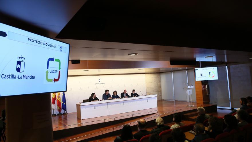 La consejera de Bienestar Social, Aurelia Sánchez, presenta, en el salón de actos de la Consejería, la primera 'app' de Voluntariado con geolocalización de Europa 'Moviliza-T'. (Fotos: Ignacio López // JCCM)