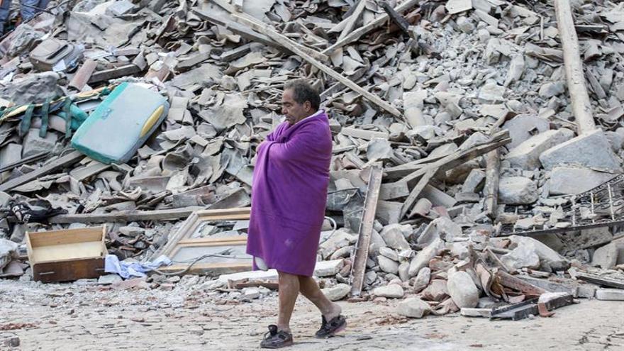Un hombre camina ante las ruinas de su casa en el terremoto del pasado mes de agosto