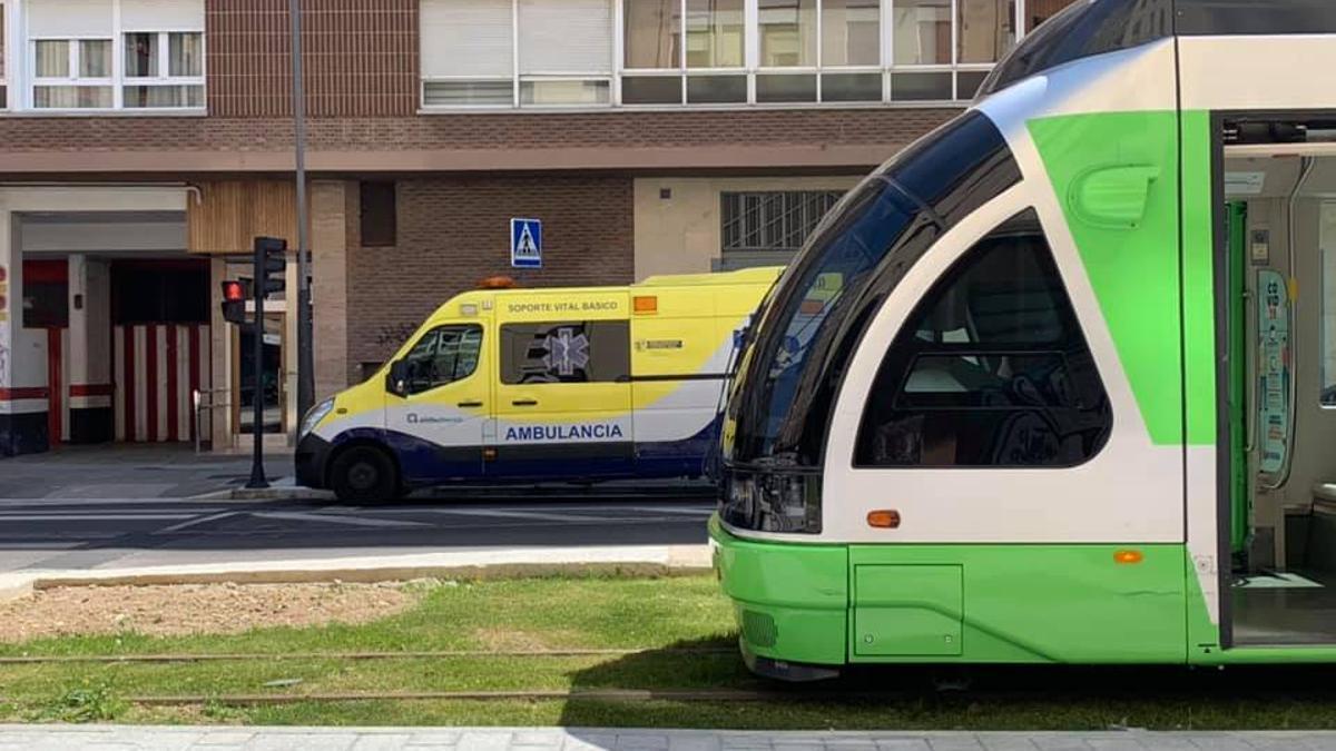 Una ambulancia, tras el tranvía, en Vitoria