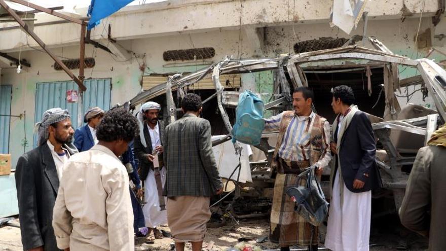 Cientos de personas acuden al funeral de las víctimas del bombardeo en Yemen