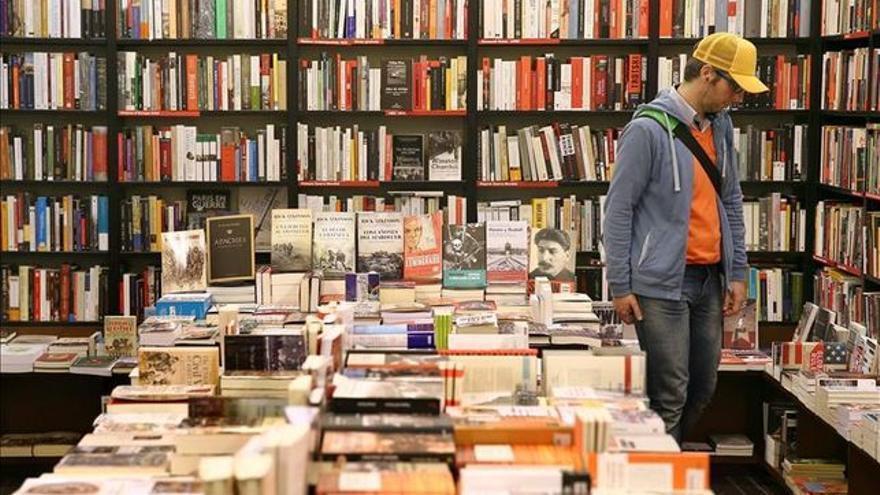Un ciudadano observa unos libros en una librería.