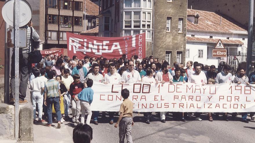 Manifestación en las calles de Reinosa con motivo del Primero de Mayo de 1987. | ARCHIVO CCOO