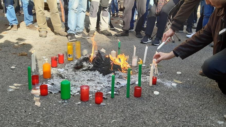 Unas 200 personas queman fotocopias de la Constitución ante la Delegación del Gobierno en Cataluña