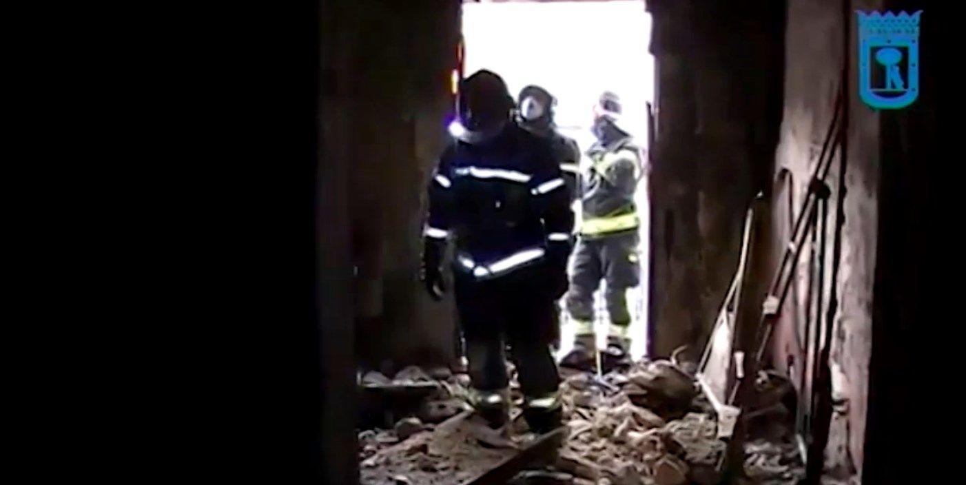Efectivos de los bomberos, en la casa siniestrada   EMERGENCIAS MADRID