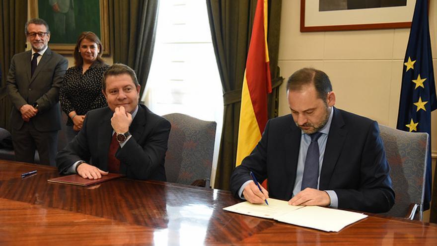Firma del convenio de la Junta con SEPES