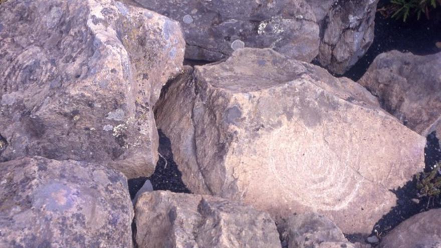 Varios paneles del Roque Teneguía. Uno de ellos repasado con una piedra (junio de 1994).
