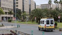 Una ambulancia del Servicio Canario de Salud entrando al Hospital Universitario Insular de Gran Canaria