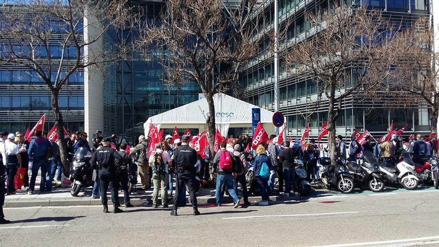 Trabajadores hoy, en la sede de Endesa