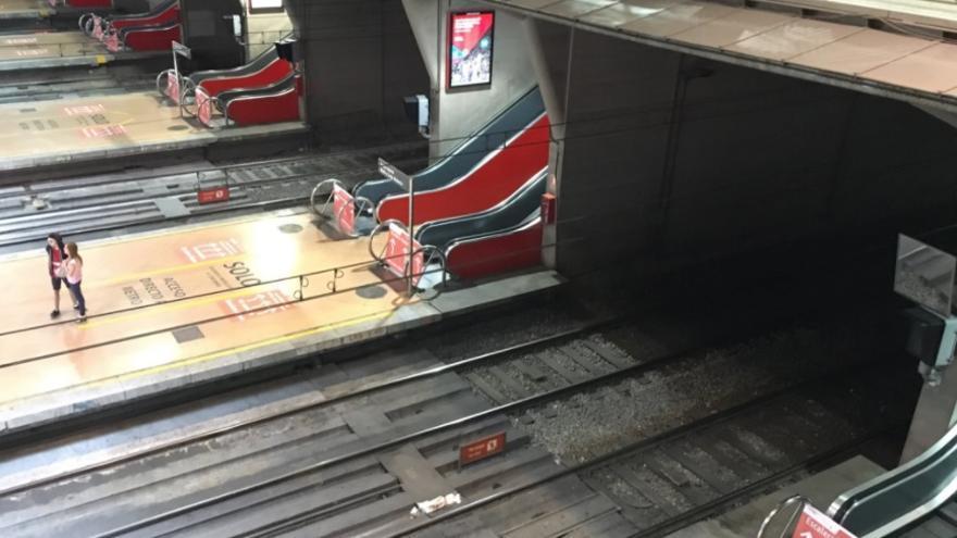 Escaleras paradas en la estación de Atocha en el mes de agosto. / @toarne