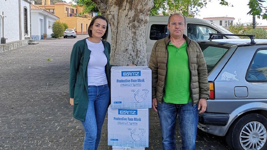 Patricia Hernández con las cajas de mascarillas.