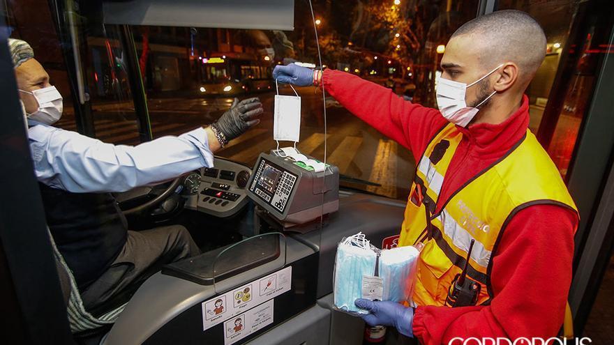 Reparto de mascarillas en el transporte público | ÁLEX GALLEGOS