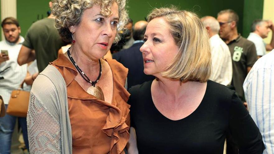 Ana Oramas (d), junto a la senadora María del Mar Julios
