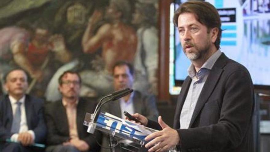 Carlos Alonso, durante la rueda de prensa para explicar el presupuesto del Cabildo para 2017
