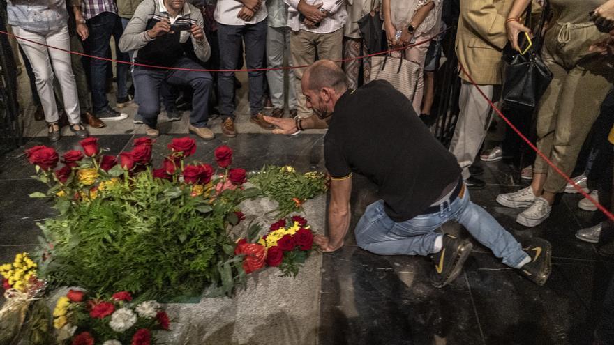 Un hombre hace un amago de saludo fascista ante la tumba de Franco en el Valle de los Caídos el 4 de octubre.